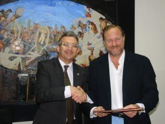 Francisco Ruiz y José Luis García-Palacios Álvarez tras la firma del convenio