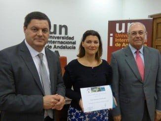 La premiada junto al vicerrector del Campus de La Rábida y el director de la Fundación Atlantic Copper