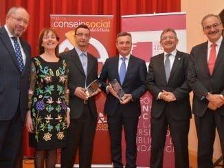 Los premiados posan con su galardón, en un acto celebrado en la Facultad de Enfermería de la Onubense