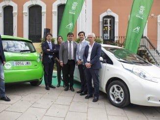 El alcalde ha presentado los coches eléctricos en la Casa Colón