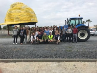 Los estudiantes han podido manejar un tractor durante la parte práctica de la jornada