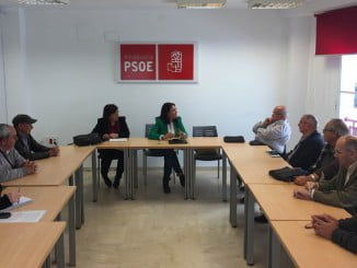 La diputada Pepa González Bayo y la senadora Ana Pérez con el colectivo de emigrantes retornados