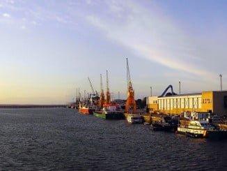 La profundización del calado de acceso al puerto de Huelva es uno de los temas abordados