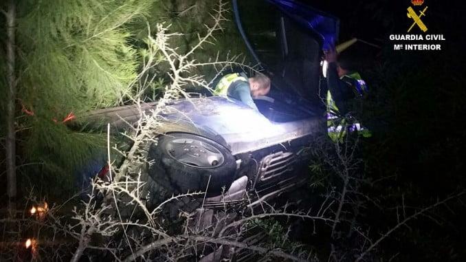 Los agentes sacaron del vehículo a las víctimas hacia un lugar seguro