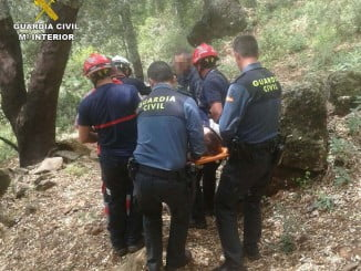 Momento del rescate de la herida por efectivos de la Guardia Civil y Bomberos