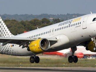 FACUA denunció a Vueling ante la autoridad de consumo catalana (la empresa tiene su sede en Barcelona) por ofrecer a los usuarios el número 807 300 745 para la venta de billetes