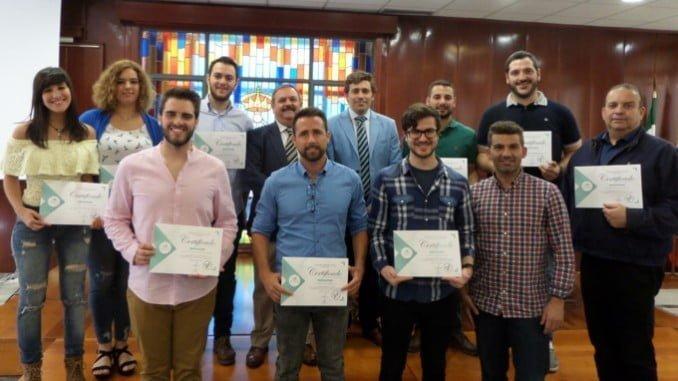 El presidente de APADGE, José Ortega, y el decano del Colegio de Peritos e Ingenieros Técnicos de Huelva, David Muñoz (en el centro), con los alumnos diplomados