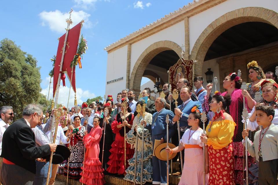 Acto de hermandad de las filiales a su llegada ante la ermita de Montemayor.