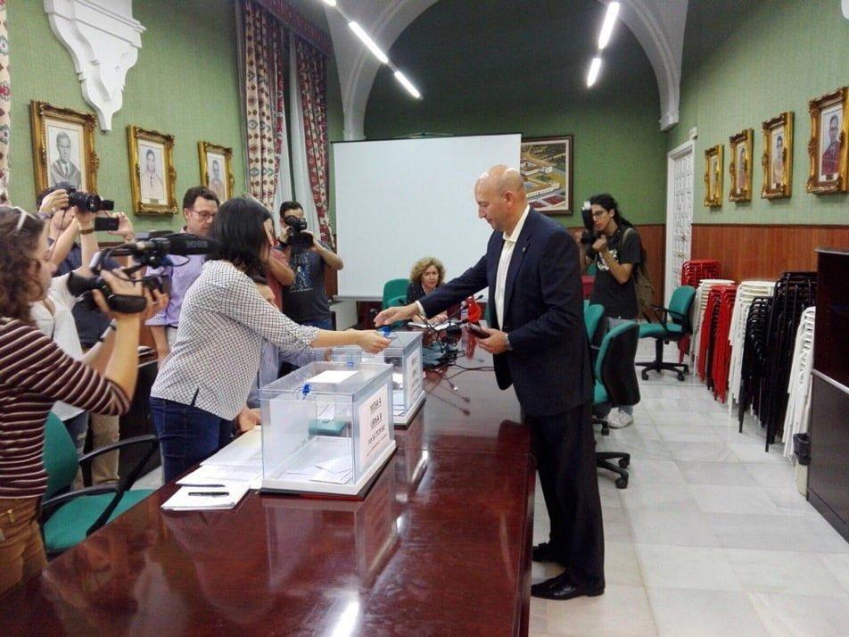 García Machado queda en tercer lugar y sus apoyos pueden decidir el futuro rector.