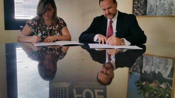 José Luis García-Palacios Álvarez y Mª Isabel González Benítez estampan su firma en el documento de colaboración