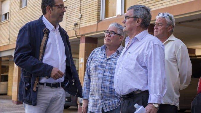 Luis Albillo del Ayuntamiento de Huelva se reúnen con los representantes de la Asociación de Vecinos de la Supra Comunidad Parque Residencial San Sebastián