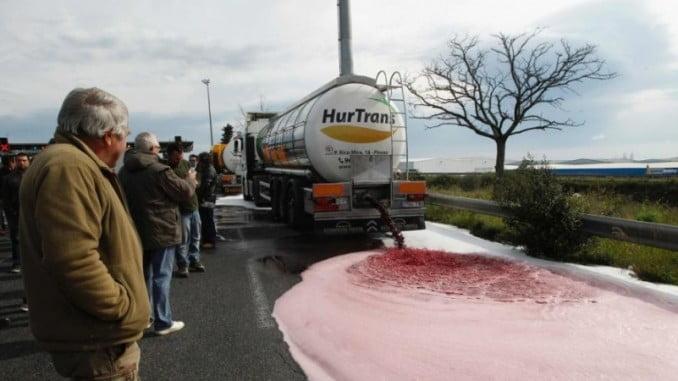 En los últimos meses, son los viticultores franceses los que han llevado a cabo una serie de protestas contra el vino español, vaciando cisternas