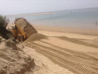 Actuación de Costas en una playa de Huelva