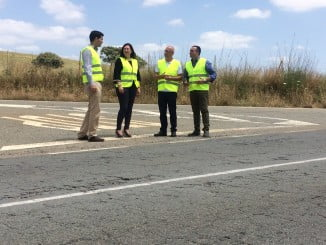 Los alcaldes de Valverde y de La Palma se han desplazado hasta la A-493 para denunciar su estado