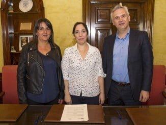 Alicia Narciso y Manuel Felipe Garoña tras firmar el convenio para la inserción social de inmigrantes