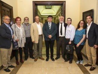 El alcalde junto a representantes de la Asociación Periferias tras la firma del convenio