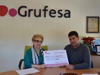 El presidente de Grufesa, Eduardo Martínez, ha hecho entrega de la subvención a la presidenta de Afame, Elvira Rasco