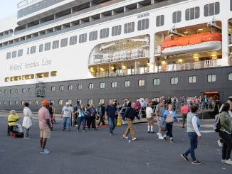 Turistas desembarcando en Huelva a bordo del crucero Rotterdam