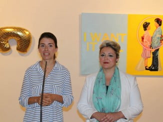 La artista Bea Sánchez junto a la diputada de Cultura Lourdes Garrido