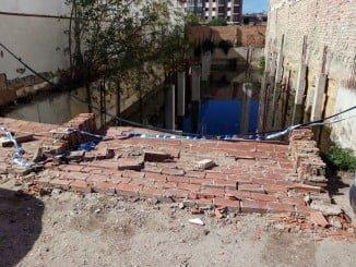 El muro caído está en la calle Macías Belmonte, en el barrio del Molino de la Vega