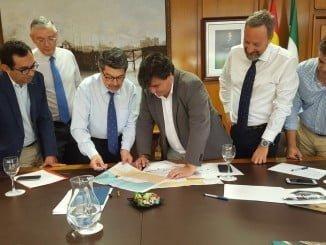Reunión entre el ayuntamiento de Huelva y representantes del Puerto
