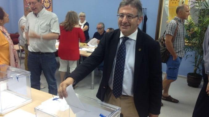 Francisco Ruiz en el momento de emitir su voto