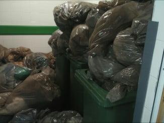 Imagen restrospectiva de bolsas de basura acumuladas en el Hospital Juan Ramón Jiménez