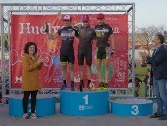 Los campeones de esta V edición de Huelva Extrema junto al presidente de la Diputación