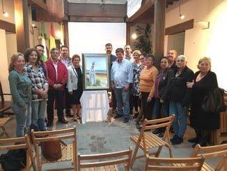 La alcaldesa y el resto de las autoridades, con los miembros de la Pro-hermandad y el autor del cartel