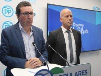 El presidente provincial del PP junto al alcalde de Calañas