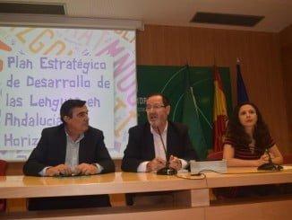 El director general de Innovación de la Consejería de Educación, Pedro Benzal, junto al delegado territorial de Educación, Vicente Zarza, ha presentado hoy el PEDLA