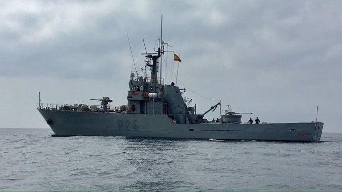 Se ha recreado un amotinamiento a bordo de un buque mercante, simulado por el patrullero 'Medas'