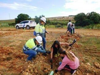 Alumnos del San Walabonso plantan árboles en una actividad del Día Internacional de la Tierra