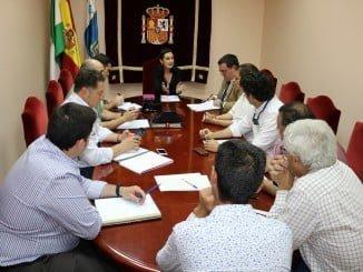 La subdelegada preside una reunión con representantes del Ayuntamiento de Almonte y agricultores