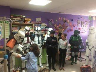 Los niños del aula de Pediatría del Juan Ramón Jiménez han recibido la visita de los éroes de 'Srar Wars'