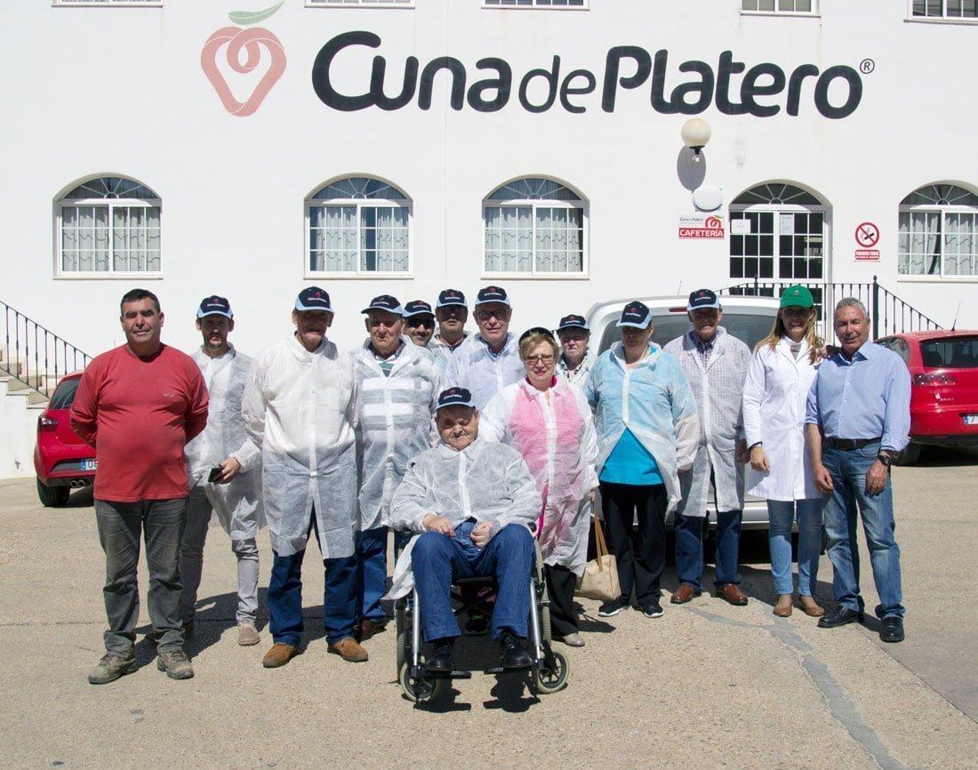Foto de familia tras la visita a la cooperativa moguereña