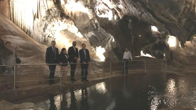 El Consejero de Turismo ha visitado, junto al alcalde de Aracena, la Gruta de las Maravillas