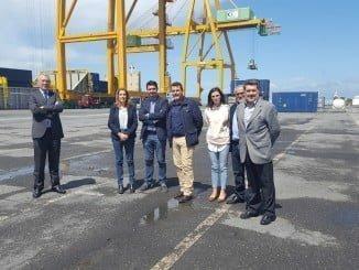 Parlamentarios socialistas junto al presidente del Puerto en el Muelle Sur
