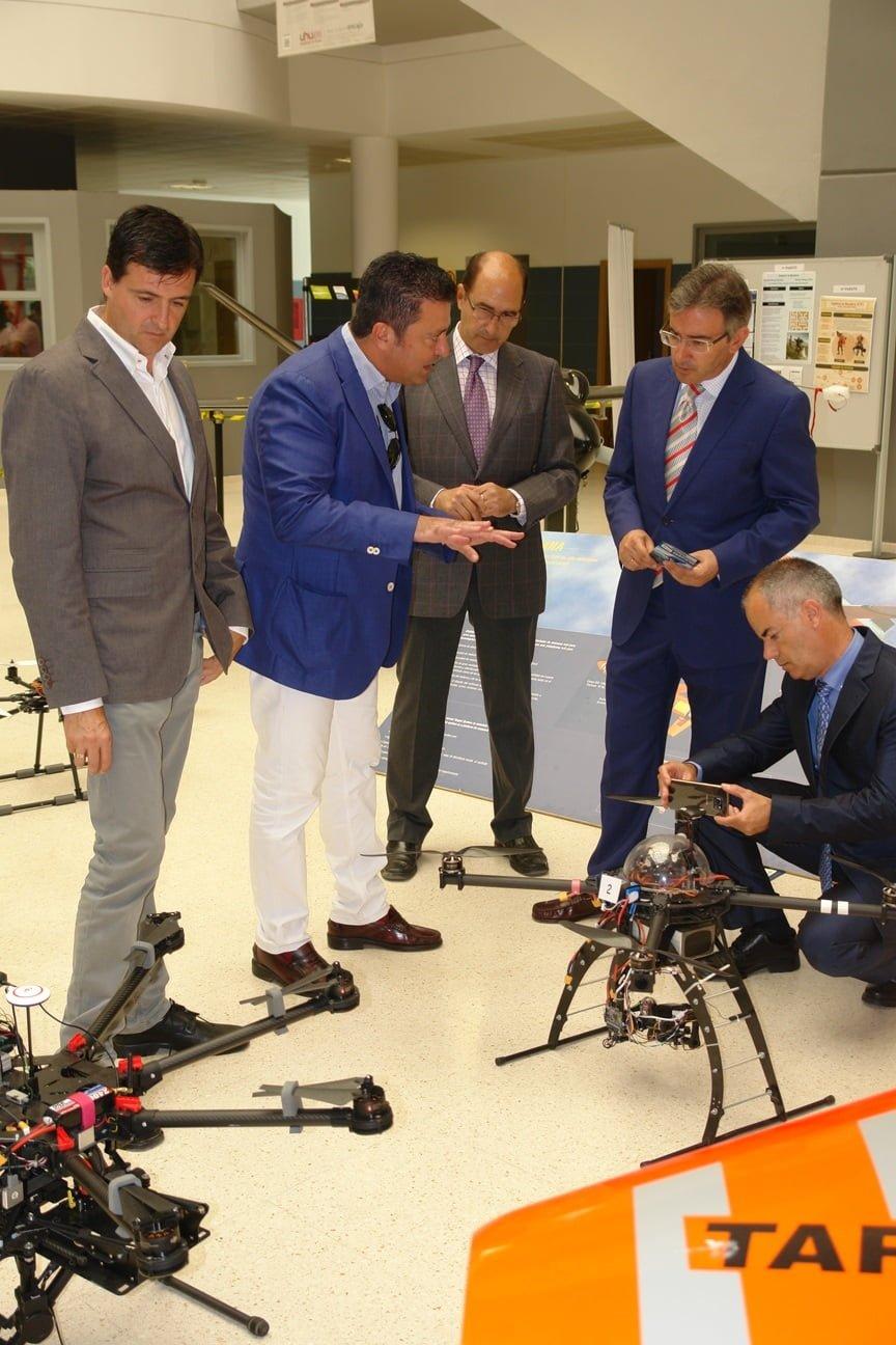 Admirando uno de los drones