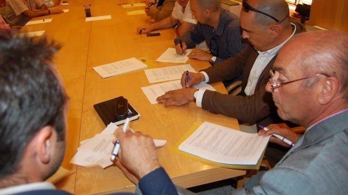 Imagen de la firma de un convenio colectivo