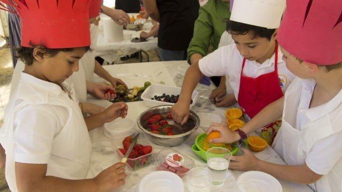 Las berries de Cuna de Platero forman parte de los ingredientes del concurso de tapas saludables que elaboran los alumnos de la Escuela de Hostelería Santa María de Belén durante la muestra