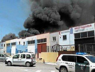 El incendio en la nave, que fue una antigua discoteca, provocó un gran humo