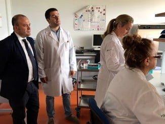 El parlamentario Julio Díaz, ha visitado el Laboratorio de producción y sanidad animal de Aracena