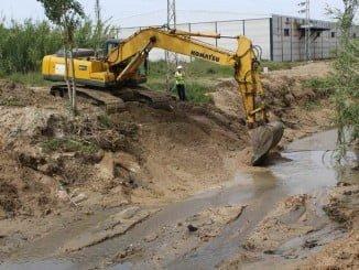 Limpieza en el arroyo Montemayor de Moguer tras las fuertes lluvias de la semana pasada