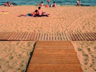 Las playas onubenses, listas para el turismo, a pesar de los últimos temporales