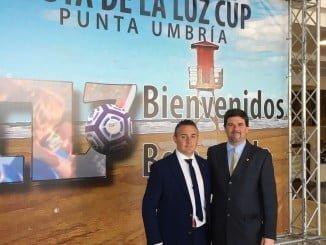 El vicepresidente del Colegio de Podólogos de Andalucía, Óscar Sarmiento, junto al director de Marketing del Club 1889, Juan Pedro Benítez, entidad organizadora del Torneo, durante la presentación a los medios