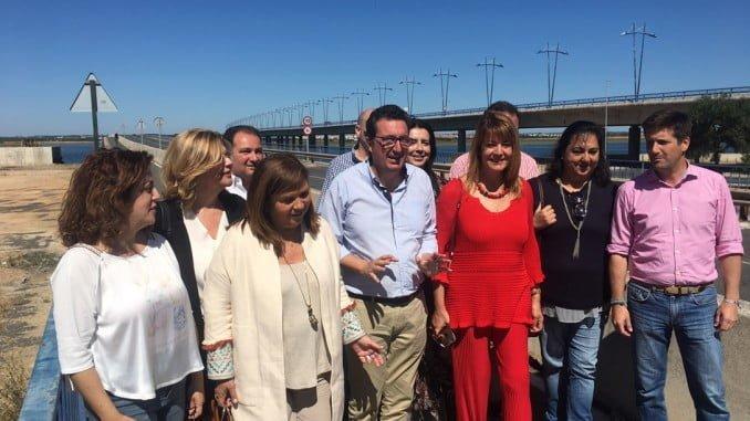 González junto a parlamentarios, diputados y concejales de Huelva, Aljaraque, Cartaya y Punta Umbría