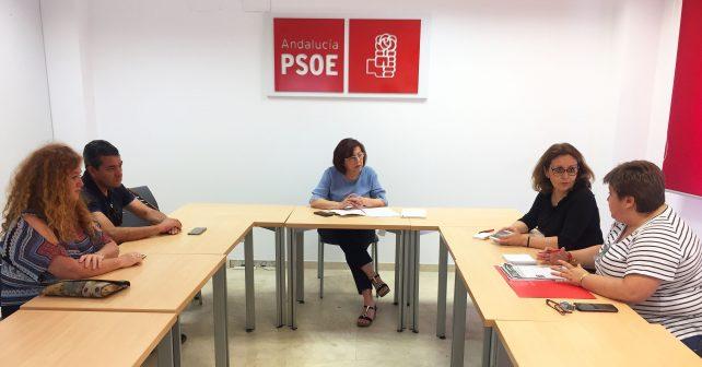 La senadora onubense ha mantenido con responsables de la Federación de Servicios Públicos de UGT en Huelva para abordar la situación de los empleados y la empresa pública de Correos