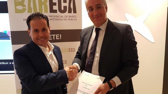 Juan Manuel Llinares, director de Área de Negocios de CaixaBank en Huelva y Rafael Acevedo, presidente de BARECA, estrechan sus manos tras el acuerdo