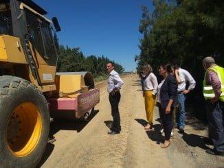 Caraballo durante la visita a los caminos de El Rocío para comprobar su estado y las obras de reparación